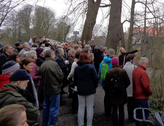 Fast 100 Teilnehmer lauschten den Erläuterungen der Kunsthistorikerin Dr. Elisabeth Hemfort auf dem Prozessionsweg in Münster (Foto: Thomas Hövelmann)