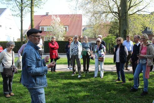 Dr. Thomas Hövelmann stellte die Flora am Prozessionsweg vor - hier das in der Agrarlandschaft selten gewordene Wiesen-Schaumkraut