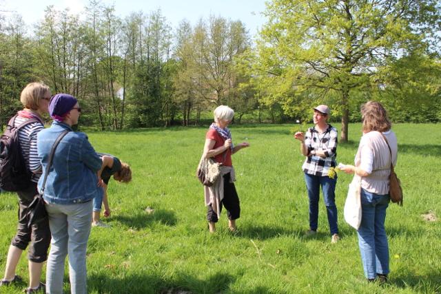 Die Naturführerin Britta Ladner (2. von rechts) erklärte den Exkursions-Teilnehmern die Frühjahrsblüher in Mecklenbeck (Foto: Thomas Hövelmann)