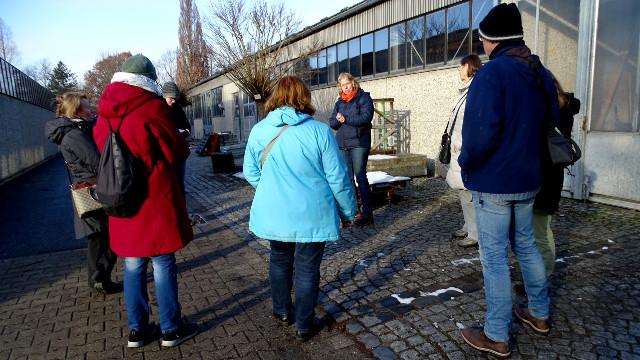 Interessiert verfolgten die Teilnehmer der Gehölz-Exkursion die Führung über das Gelände des Gartenbauzentrums in Wolbeck (Foto: Claudia Frank)