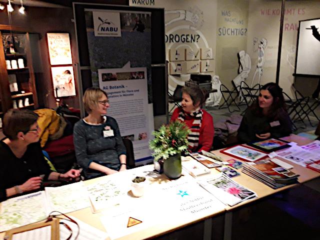 Britta Ladner, Claudia Rüther, Sabine Risse und Elisabeth Theodoropoulos (von links) am Stand der NABU-AG Botanik