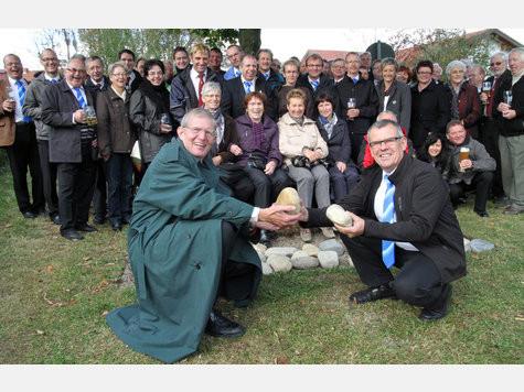 Toni Schmid, Vorstand der Schweizer Sänger (vo.r.), übergaben die Steine an Klaus Schleifer, Vorstand des Männergesangvereins Harmonie.