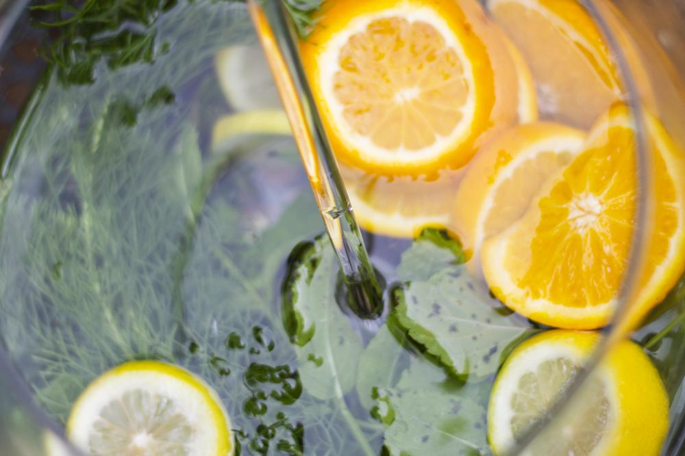 sommergetränk: wasser, eberrautenkraut (colakraut), zitronenmelisse, bio-zitronen, bio-orangen