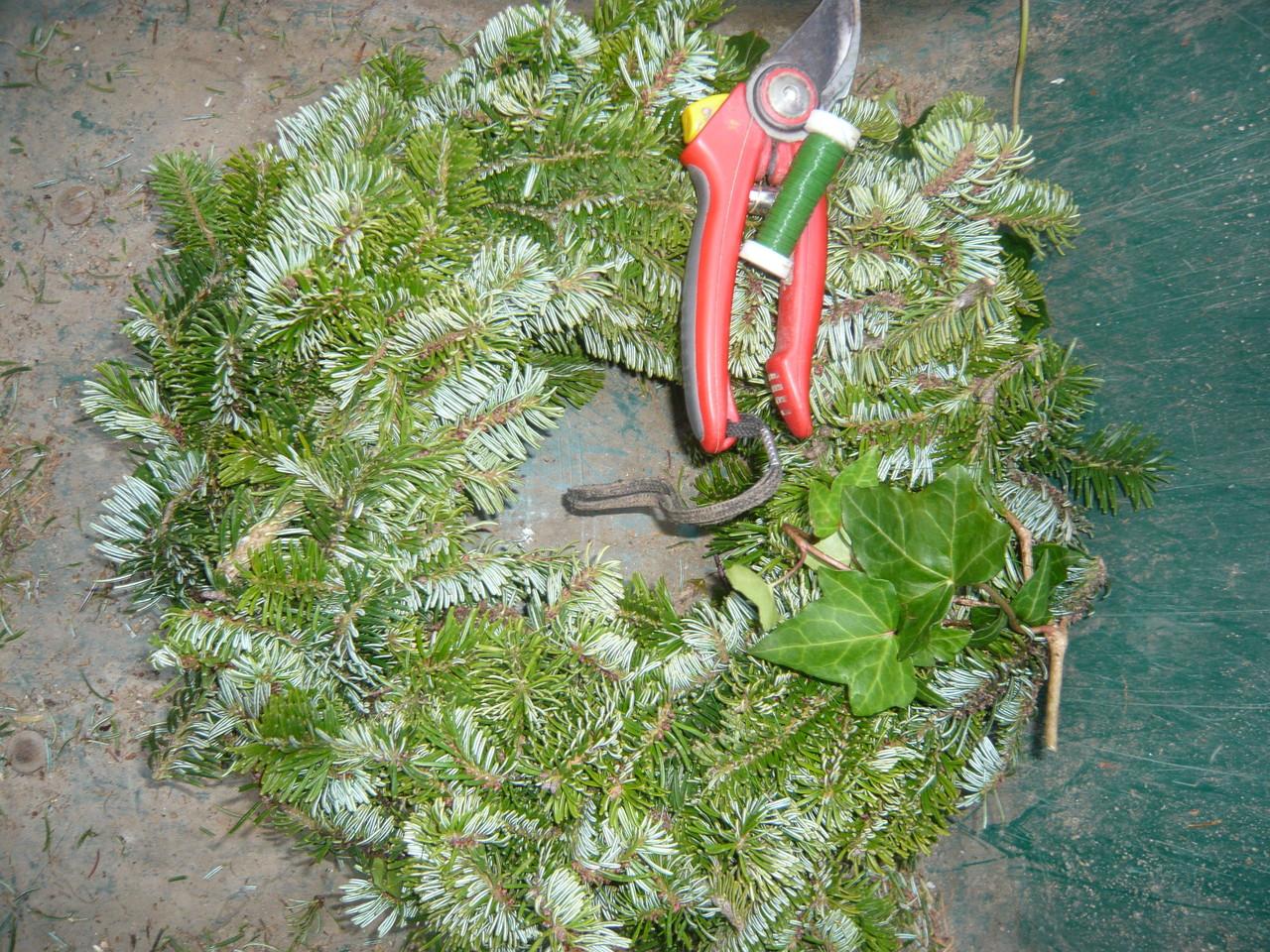 grundkranz bestehend aus: strohreif, fichtenzweige, efeu und grüner basteldraht