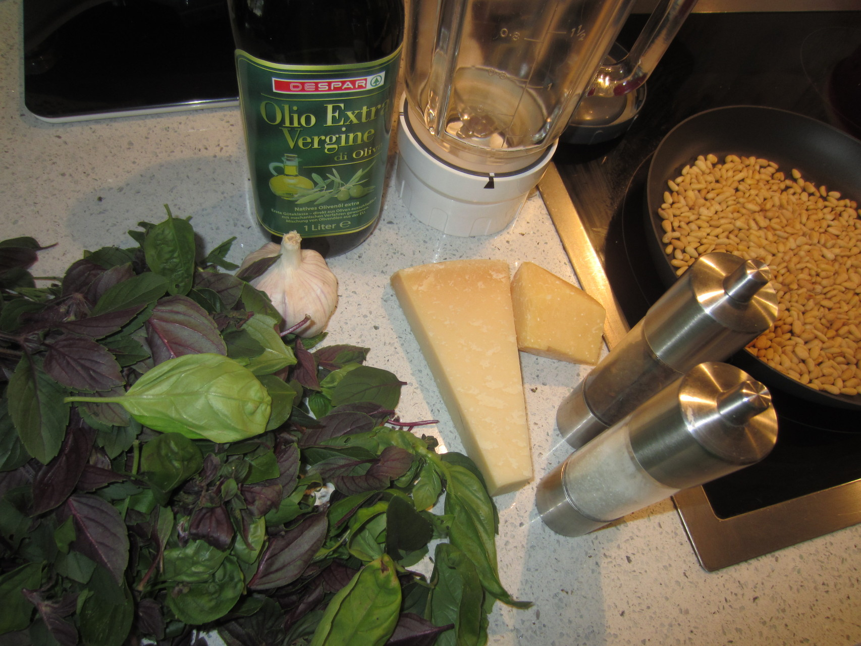 drei verschiedene basilikumarten, parmesan, kräutersalz, pfeffer, olivenöl, mixaufsatz
