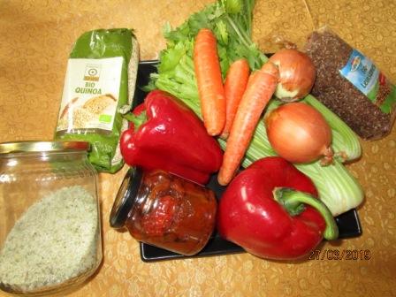 zutaten: quinoa, leinsamen, stangenselerie, karotte, paprika, tomaten, zwiebel, kräutersalz