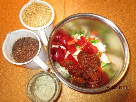 quinoa und leinsamen über nacht einweichen, die restlichen zutaten grob zerkleinern.