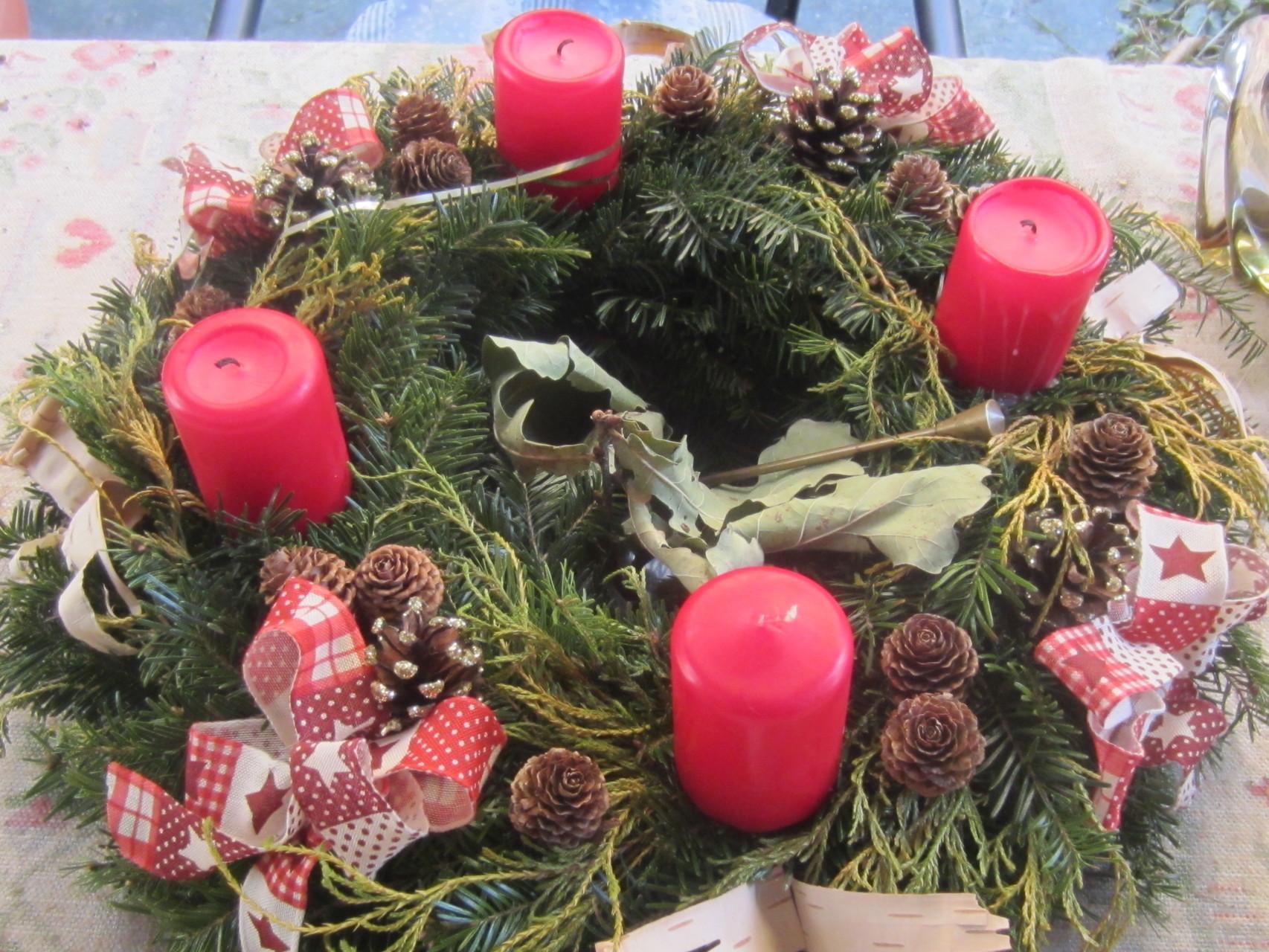 adventkranz 2015 - die farbe rot dominiert