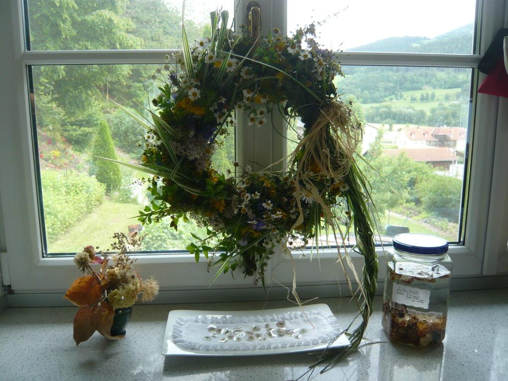 ein blumen- und kräuterkranz, eine möglichkeit mit blumen und kräutern dekorativ zu arbeiten