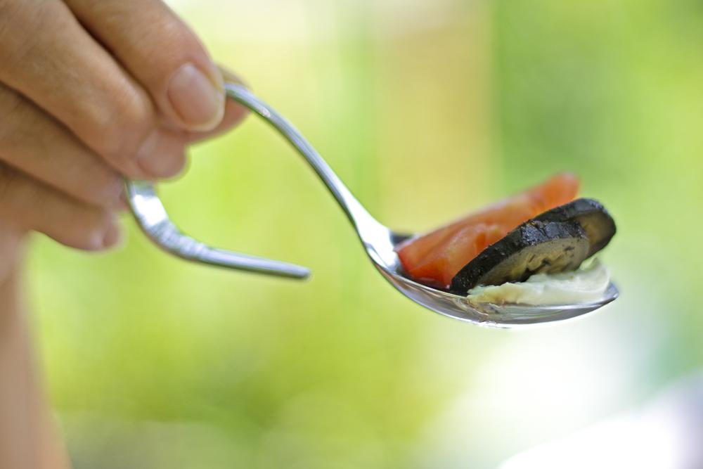 süß-sauer eingelegte walnüsse mit büffelmozarella und tomate