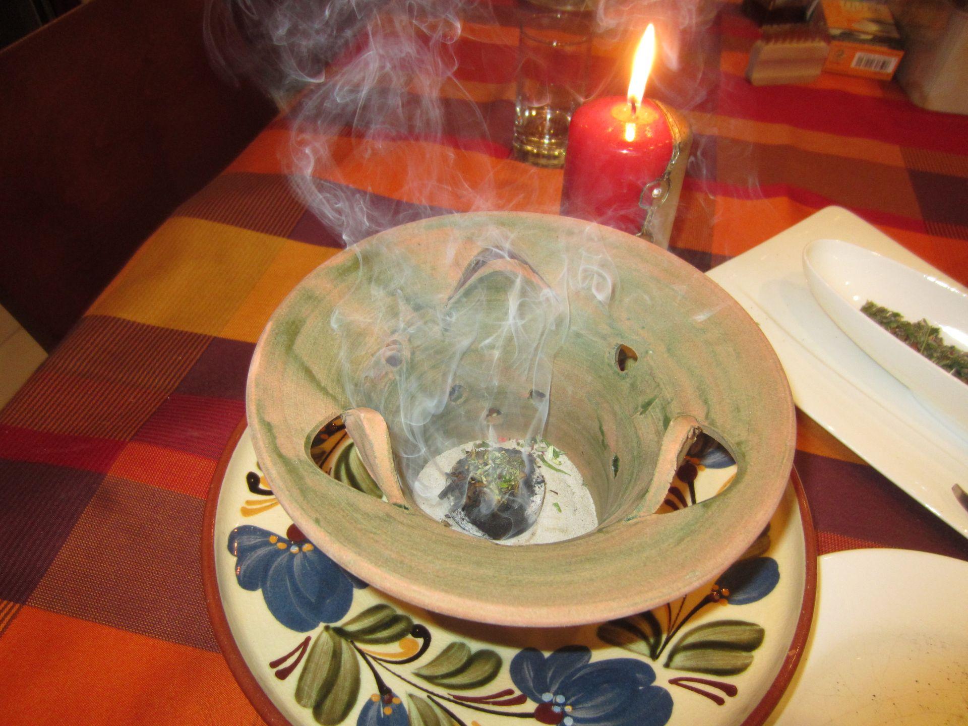 3 bis 6 minuten räuchern, bis dass man verkohltes riecht, dann nochmals auflegen, weitere 3 bis 6 minuten räuchern - räuchervorgang kann bis zu 20 minuten dauern - anschließend räucherschale aus dem raum bringen und lüften.