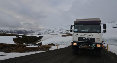 Auf der Fahrt vom Hafen Seyðisfjörður über eine schneebedeckte Hochebene nach Egilsstadir