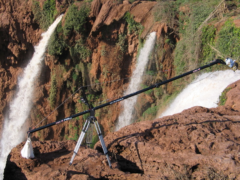 Kamerakran über dem Wasserfall