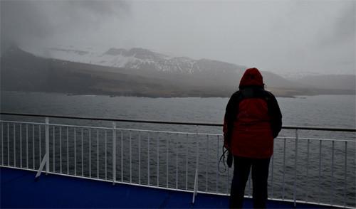 Ankunft mit der Fähre im Fjord auf Island, bei Nebel, Regen und Schnee