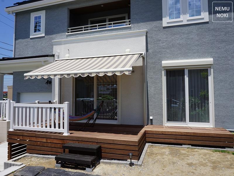 3階はマルキルックス2200タイプ、2階はマルキルックス710タイプを採用。 ベランダ2か所に日差しを遮るオーニングを取付させていただきました。