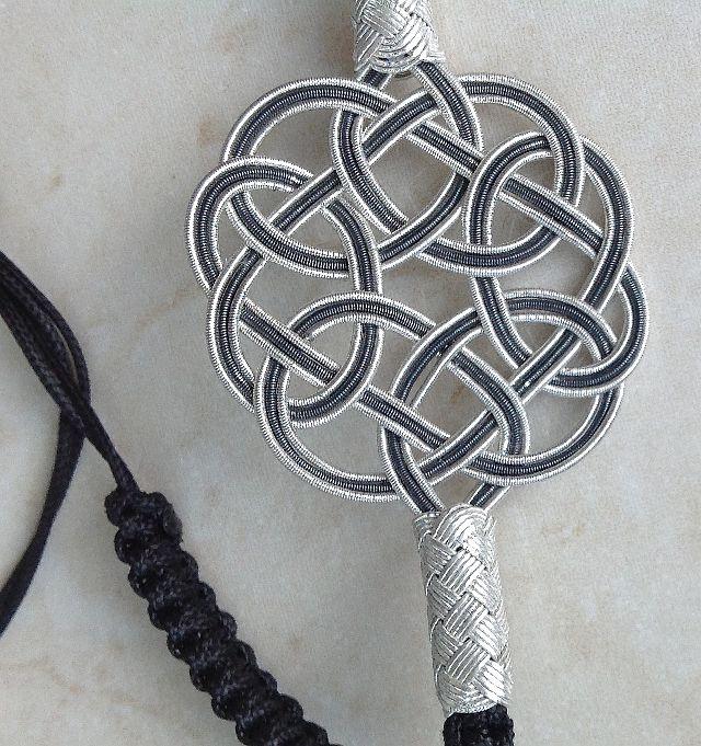 Unterschiedliche Knoten/Different Knots: große ENDLOSknoten, einfache LOVEknots