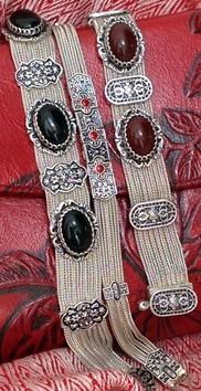 Silberarmbänder auf geprägtem Leder neben feiner Kaschmirwolle, nur bei i-must-have.it