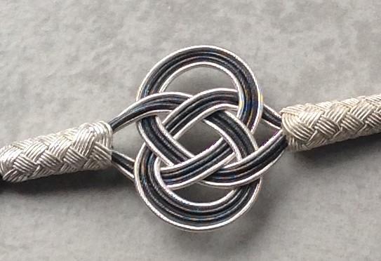 einschlaufiger ENDLOSknoten LOVEknot in zweifarbigem Silberdraht