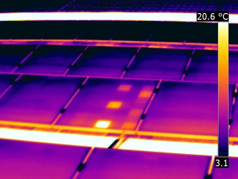 IR Aufnahme mit thermisch auffälligen Zellen