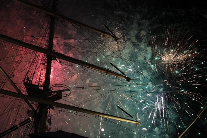 Feux d'artifice sur Seine entre les bateaux