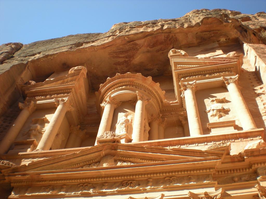 Haut de façade du temple du Trésor