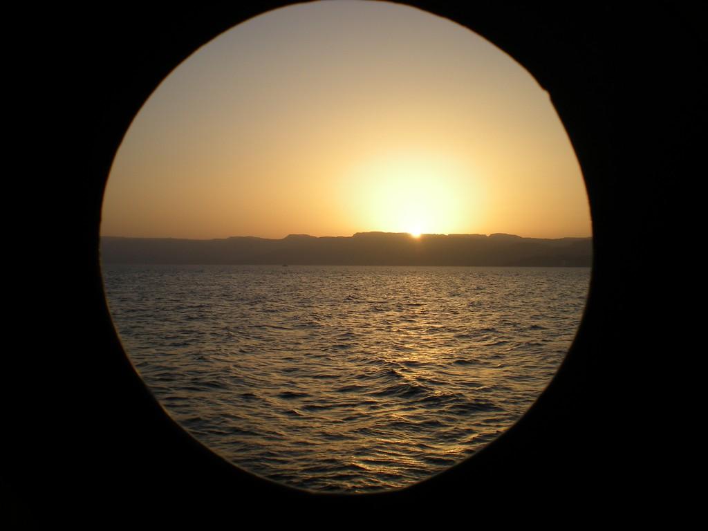 Coucher de soleil depuis le bateau sur la mer rouge