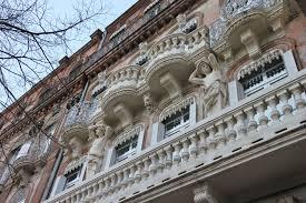 lever les yeux partout pour apercevoir les façades de Toulouse