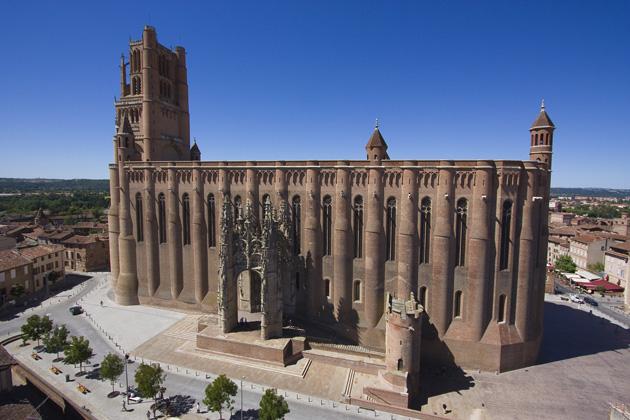 Sainte Cécile est la plus grande cathédrale de briques au monde : 113 m de long, 35m de large ; édifiée à partir de 1282