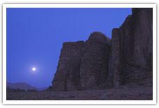 Veille sous la lune dans le Wadi Rum