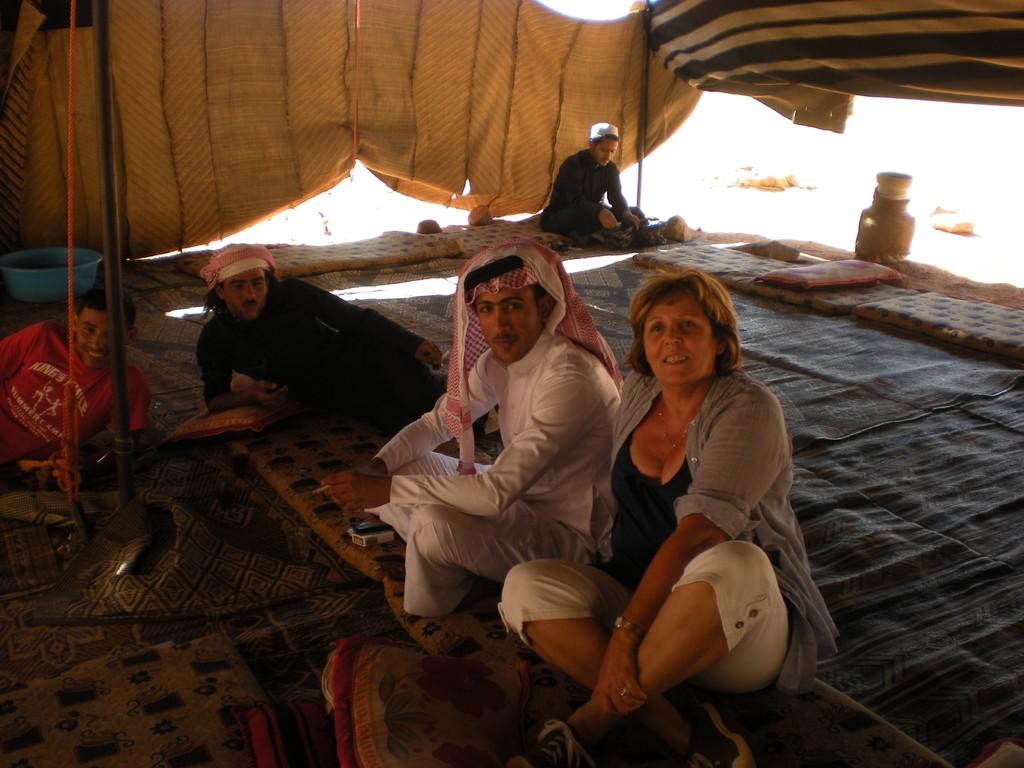 Bédouins apprenant à s'asseoir à la Bédouine Jacline...