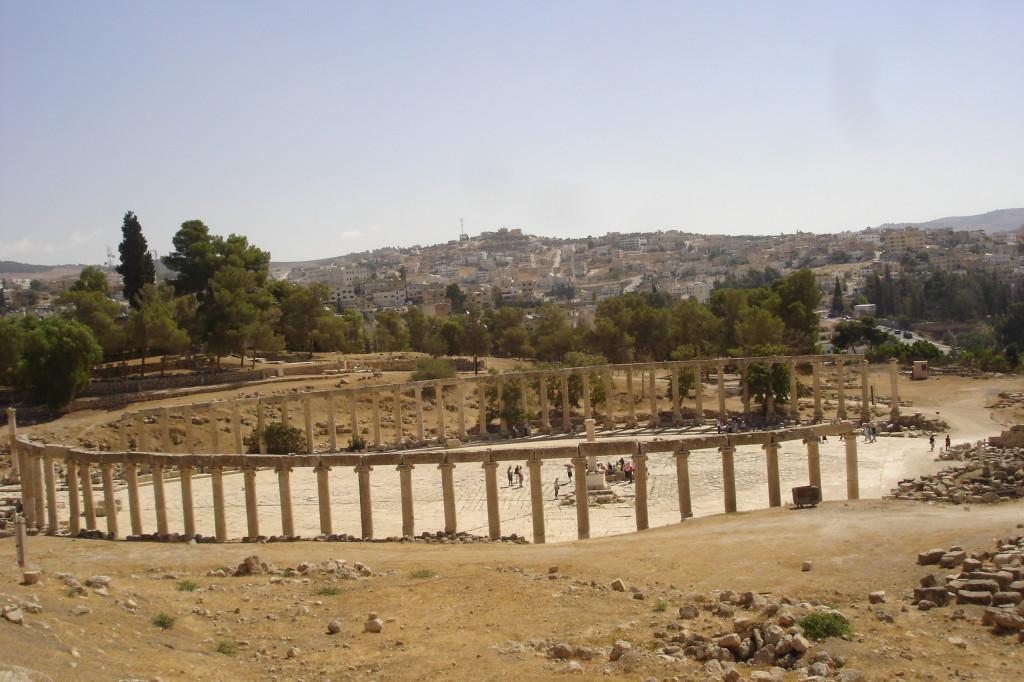Place ovale sur fond de ville de Jérash