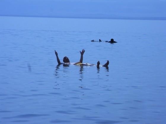 Touriste qui fait le malin alors qu'il n'a même pas besoin de savoir nager!