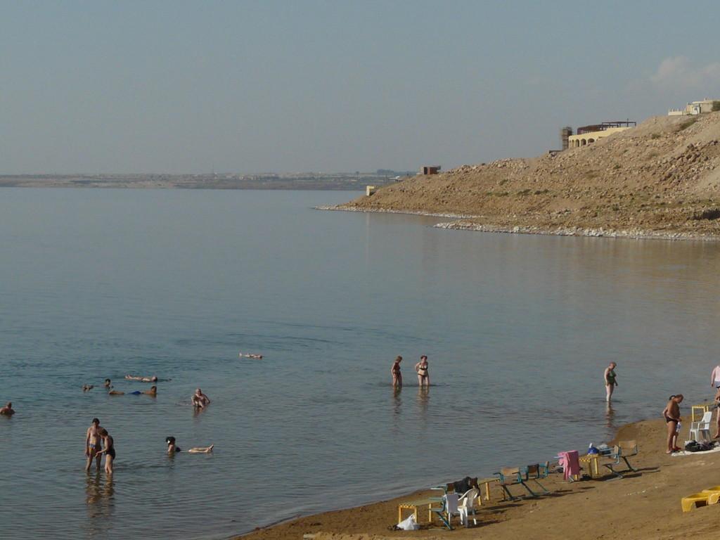 les baigneurs ne doivent pas aller trop loin... en face c'est Israël...