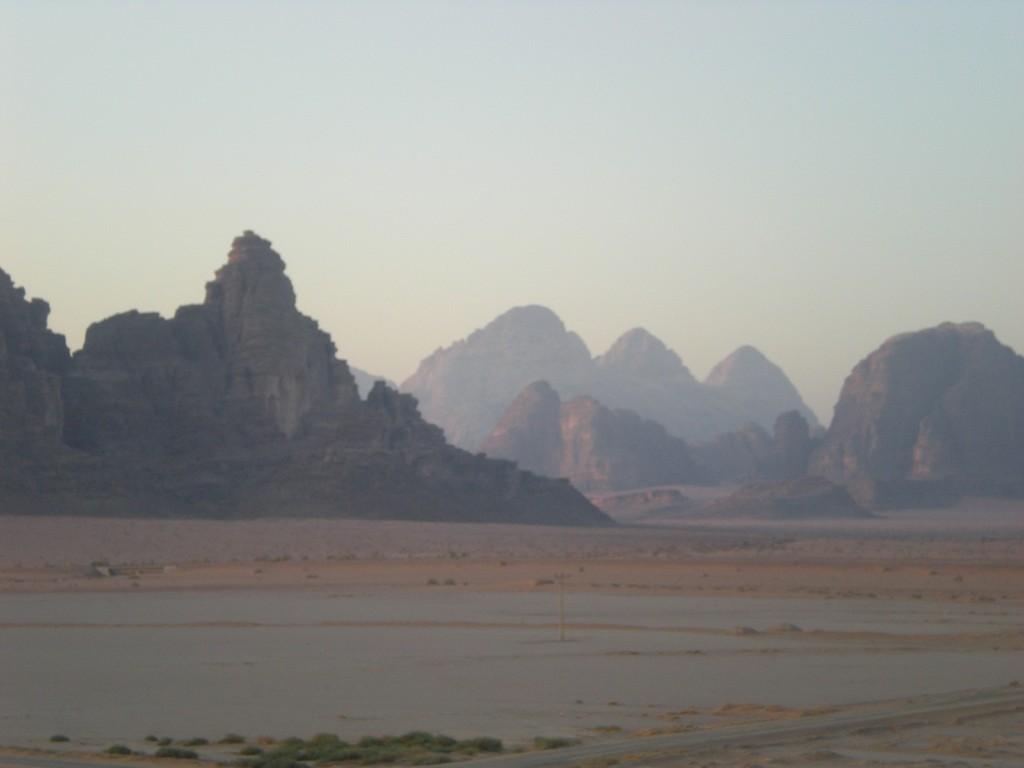 Lever du soleil sur les pics du Wadi Rum