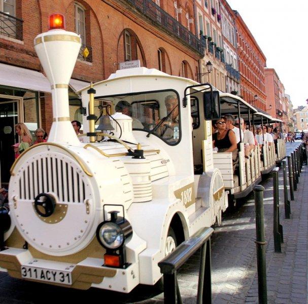 le petit train touristique qui va donner un aperçu de quelques rues et façades du centre villes
