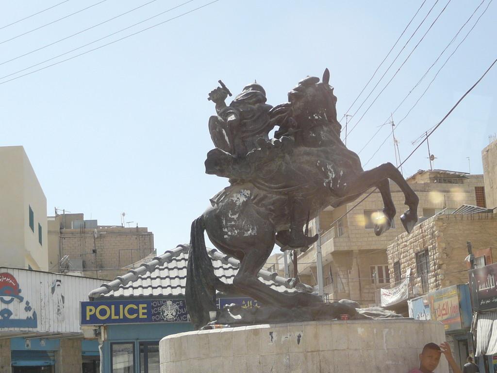 Saladin menace encore... le poste de police...