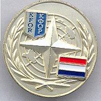VN pin,in gebruik tot 2008 in het hoofdkwartier in Kosovo, dit is de Nederlandse versie.