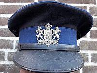 Platte pet met koninklijk wapen van 1907. in de periode 1932-1941 gedragen door een Brigadier van de Rijksveldwacht