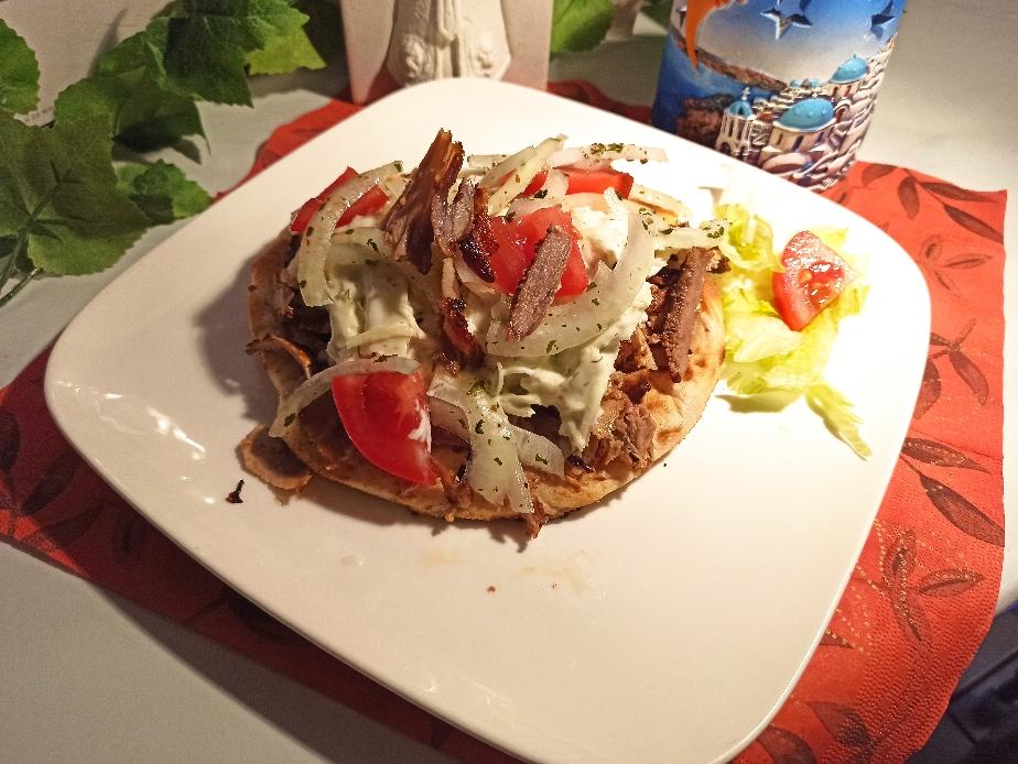 """Einzigartig & NEU: Unsere Gyros Pita """"Nikos""""... mit saftigen Tomaten, knackigen Zwiebeln und unserem hausgemachten, leckeren Sahnekraut Salat. Ein Geschmackserlebnis! Jetzt probieren!"""