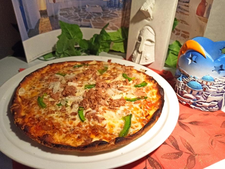Thunfisch Pizza, kombiniert mit leckeren Zwiebeln und frischer Paprika... ein Traum!