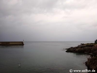 Hafeneinfahrt bei regnerischem Wetter