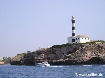 Leuchtturm von Porto Colom an der Hafeneinfahrt
