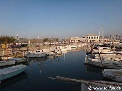 Port de Pollenca - Blick in den Hafen mit Clubgebäude