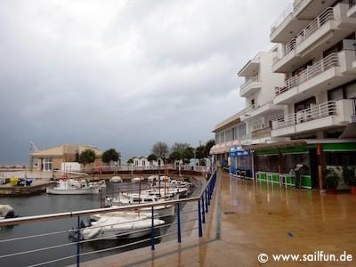 Promenade von Cala Bona bei Regenwetter