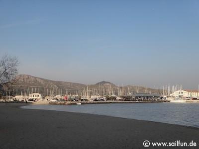 Strand von Port de Pollenca mit Blick in den Hafen