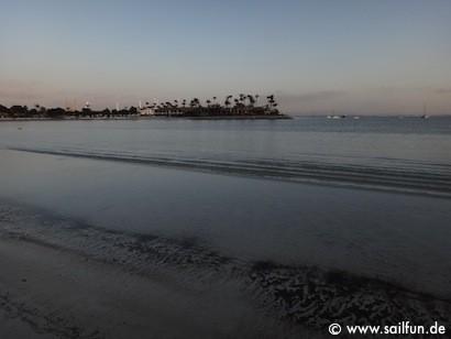 Sandstrand in Alcudia mit Blick auf ein vier Sterne Resort