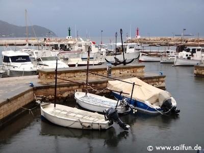Blick in den Hafen von Cala Bona