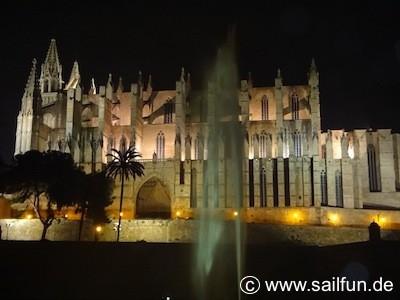 """Die Kathedrale """"La Seu"""" von Palma bei Nacht"""