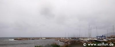 Hafeneinfahrt von Sant Pere an einem der wenigen regnerischen Tage auf Mallorca