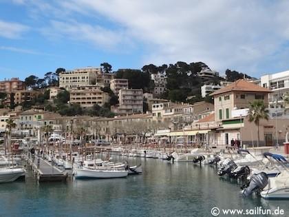 Blick aus der Altstadt auf den Hafen von Porto Soller